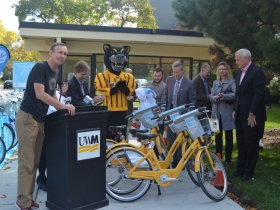 Bublr Bikes executive director Kevin Hardman, county executive Chris Abele, UWM student senator and representative on the Student Transit Committee Dakota Crowell, UWM chancellor Mark Mone, vice chancellor of Finance and Administrative Affairs Robin Van Harpen and Mayor Tom Barrett