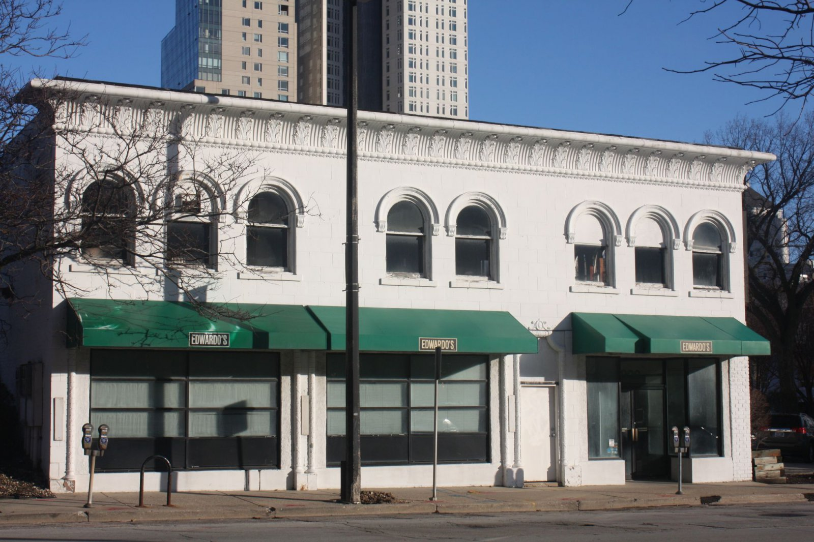 Edwardo\'s vacated this building years ago. A good sport for a new pizza place
