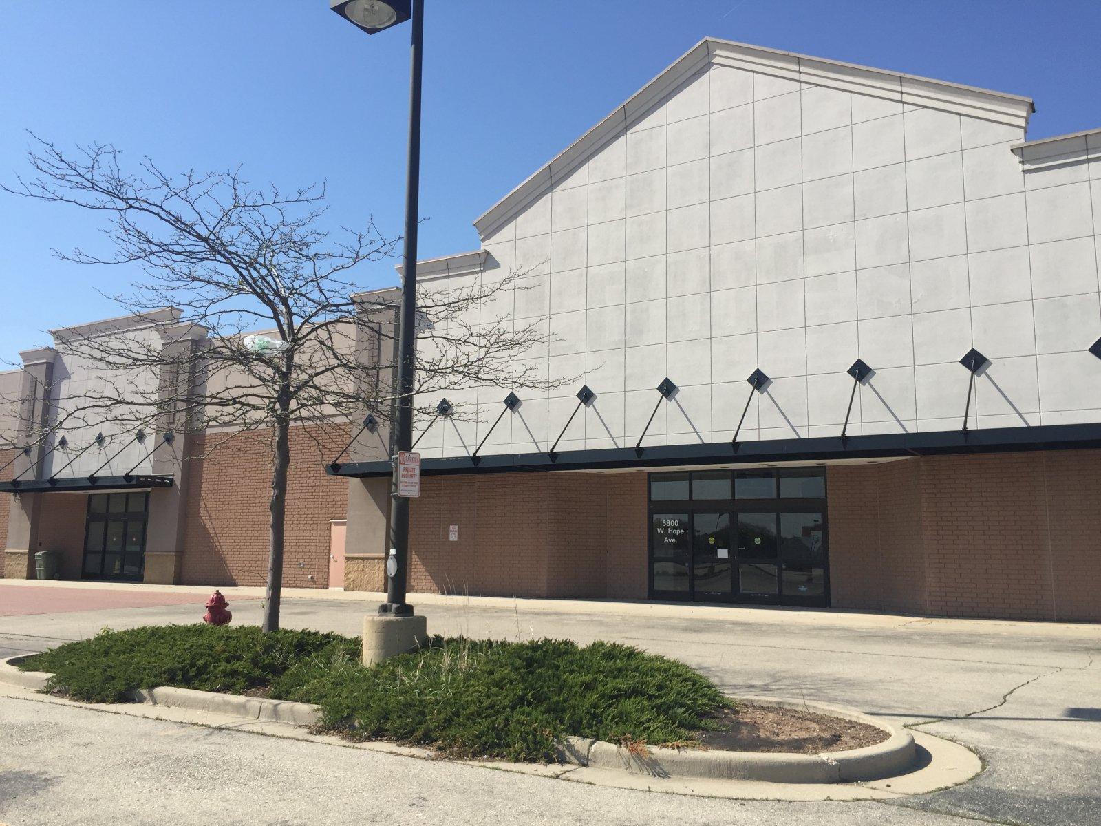 Vacant Lowe\'s Big Box Store