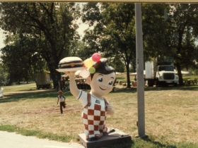 Marcus Corporation Restaurant Division Annual Picnic in 1985. Marc's Big Boy statue greets guests.