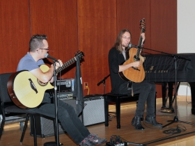 Mike Dawes speaks to the audience at the Fingerstyle Master Class with Antoine Dufour & Mike Dawes