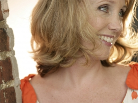 "Niffer Clarke channels Julie Andrews in ""Beyond the Ingenue."""