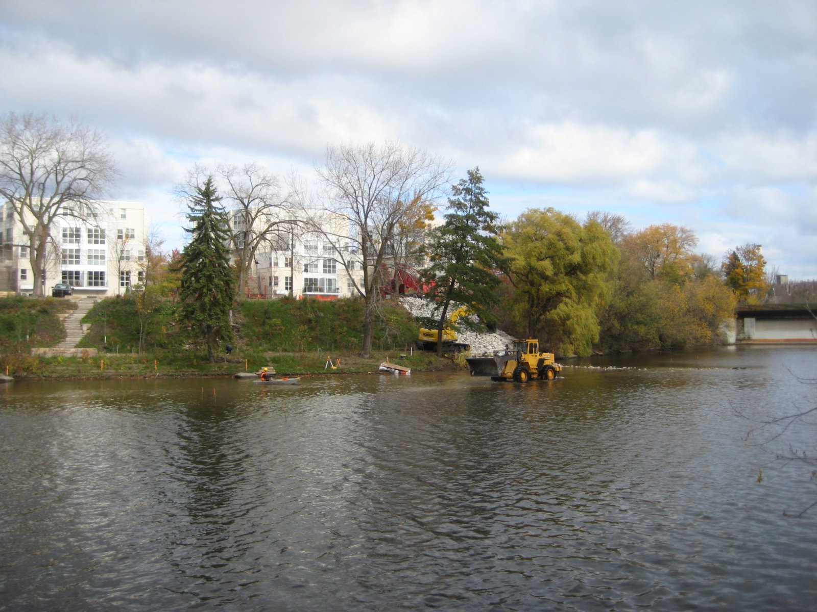 Fish shoal construction photo gallery milwaukee river for Milwaukee river fishing