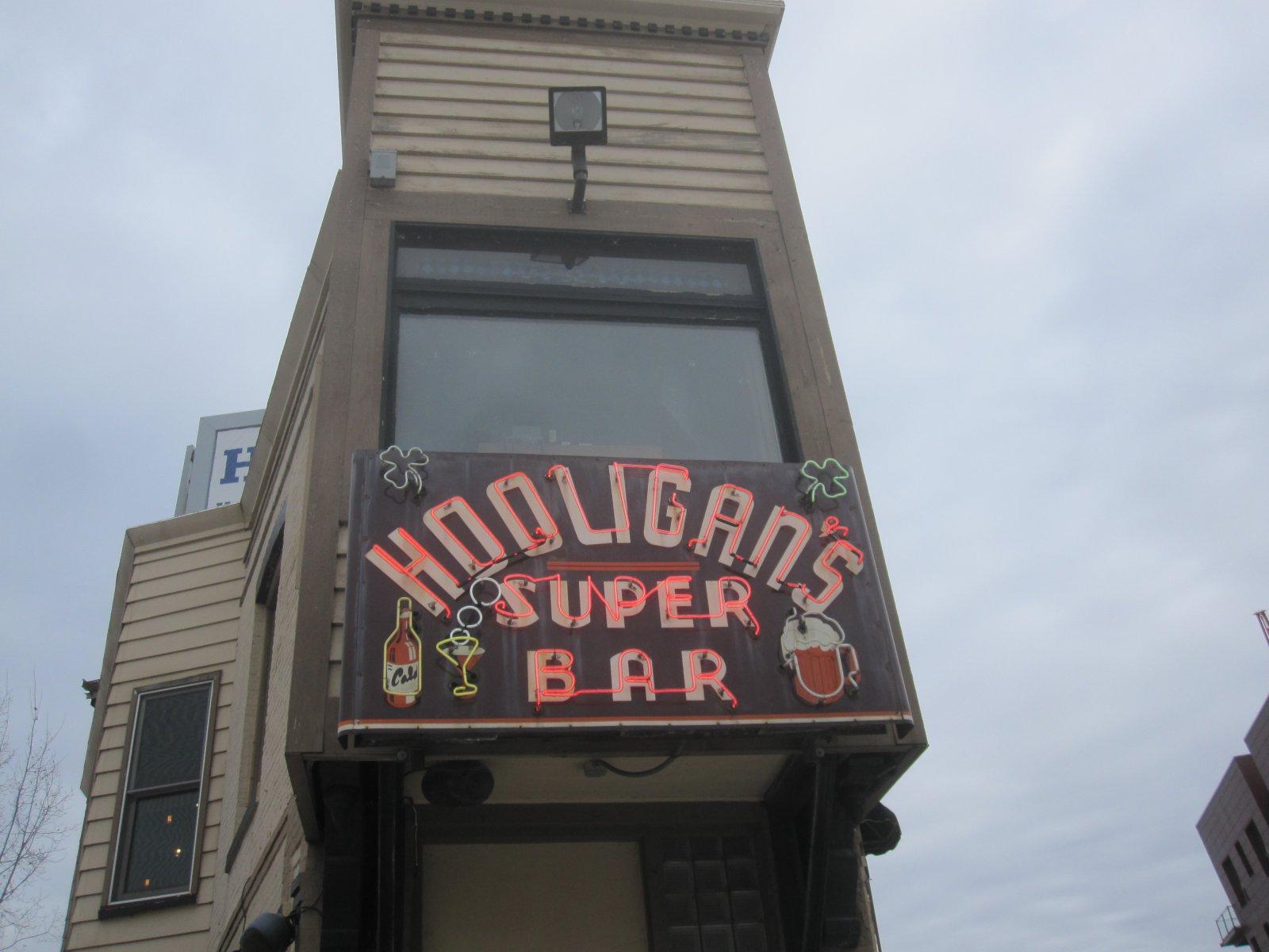 Hooligan\'s Super Bar