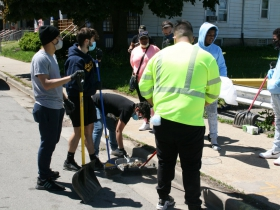 Milwaukeeans cleaning up