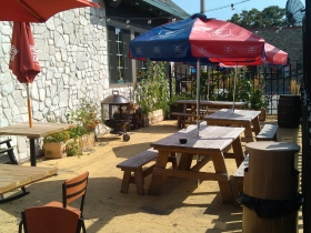 The patio at Ashley's Que. Photo by Tracey Pollock.