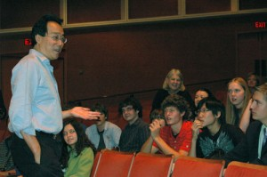 YoYo Ma speaks with the cello section of the Milwaukee Youth Symphony Orchestra