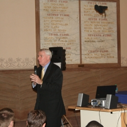 Mayor Tom Barrett speaking at the Hangout.
