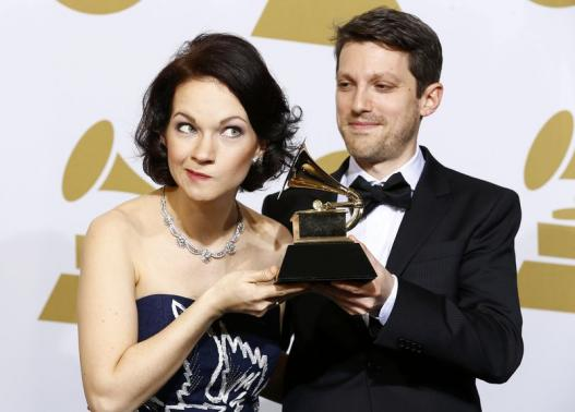 """Hilary Hahn and Cory Smythe pose with their award for best chamber music/small ensemble performance for """"In 27 Pieces - The Hilary Hahn Encores"""" backstage at the 57th annual Grammy Awards in Los Angeles, California February 8, 2015. REUTERS/Mike Blake"""