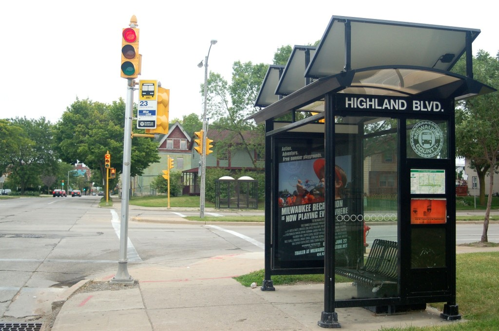 The bus shelter at 17th Street and Highland Avenue stands empty. Photo by Devi Shastri.