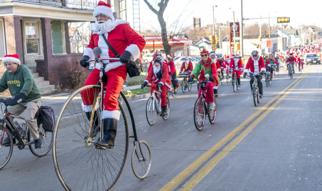 With the MPD blocking the intersections, even Santas on Ordinaries were able to keep rolling the whole route.