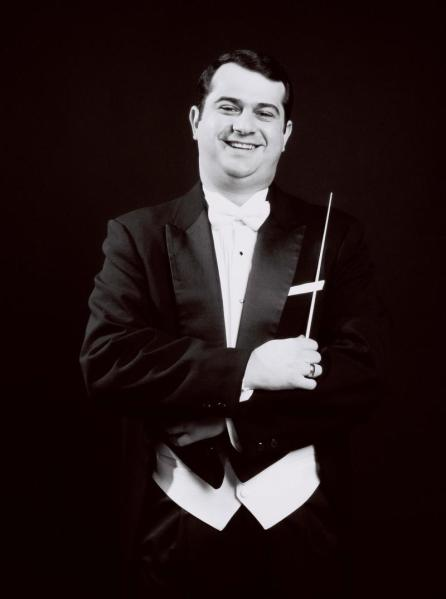 Conductor Alexander Mandl. Photo from the Milwaukee Musaic website.