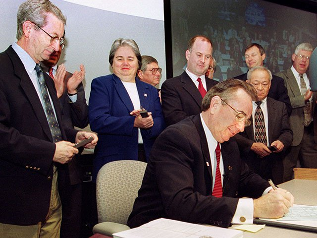 Gov. Tommy Thompson signs the 1999-2001 state budget. University of Wisconsin Chancellor David Ward and University of Wisconsin System President Katharine Lyall watch. Photo by Jeff Miller of UW-Madison.