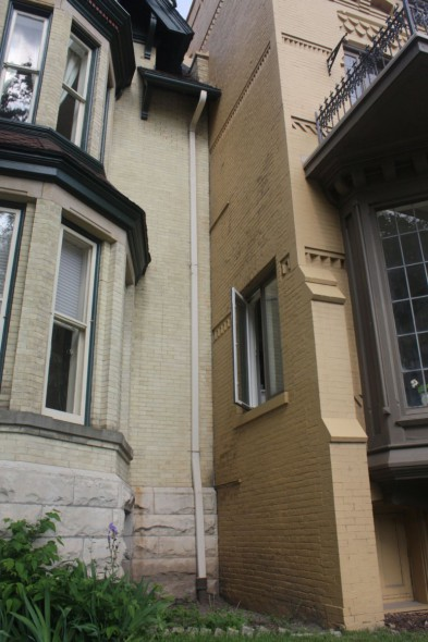 Hinton's townhouse and the Spite House have no space between them. Photo by Carl Baehr.