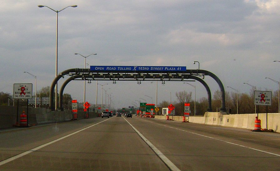 The open road tolling lanes of the West 163rd Street toll plaza, going northbound on the Tri-State Tollway near Hazel Crest, Illinois. Photo by Mrschimpf at en.wikipedia [CC BY-SA 3.0 (http://creativecommons.org/licenses/by-sa/3.0) or GFDL (http://www.gnu.org/copyleft/fdl.html)], via Wikimedia Commons.