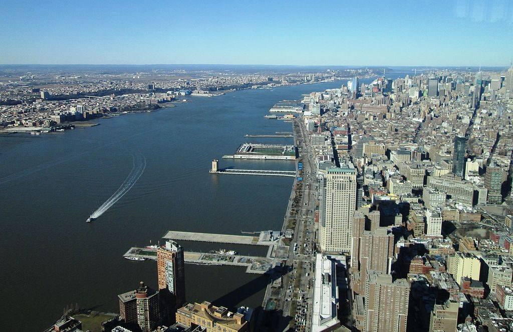 The Hudson river between Hudson Waterfront in New Jersey (left) and Manhattan (right). Photo by Beyond My Ken (Own work) [GFDL (http://www.gnu.org/copyleft/fdl.html) or CC BY-SA 4.0-3.0-2.5-2.0-1.0 (https://creativecommons.org/licenses/by-sa/4.0-3.0-2.5-2.0-1.0)], via Wikimedia Commons