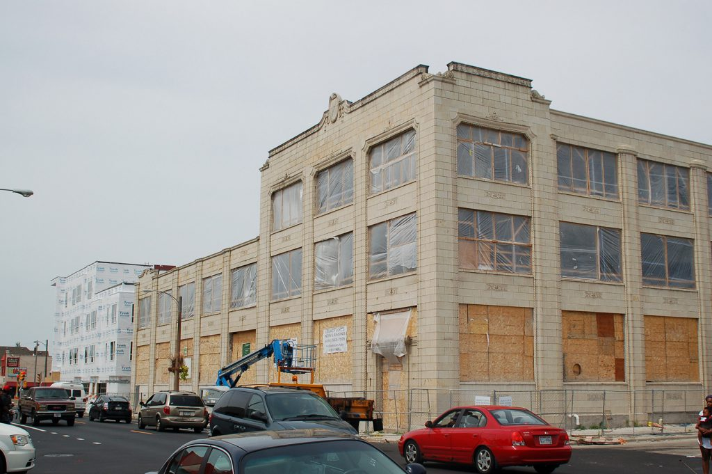 A new building on the north side of North Avenue at 16th Street, together with the adjacent redeveloped Blommer Ice Cream factory, will become the Legacy Lofts apartment complex. Photo by Andrea Waxman/NNS.