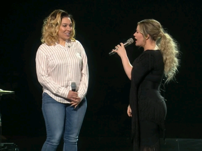 Kelly Clarkson Invites MCTS Driver on Stage During Green Bay Concert