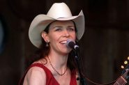 Gillian Welch. Photo by Filberthockey at English Wikipedia [Public domain].