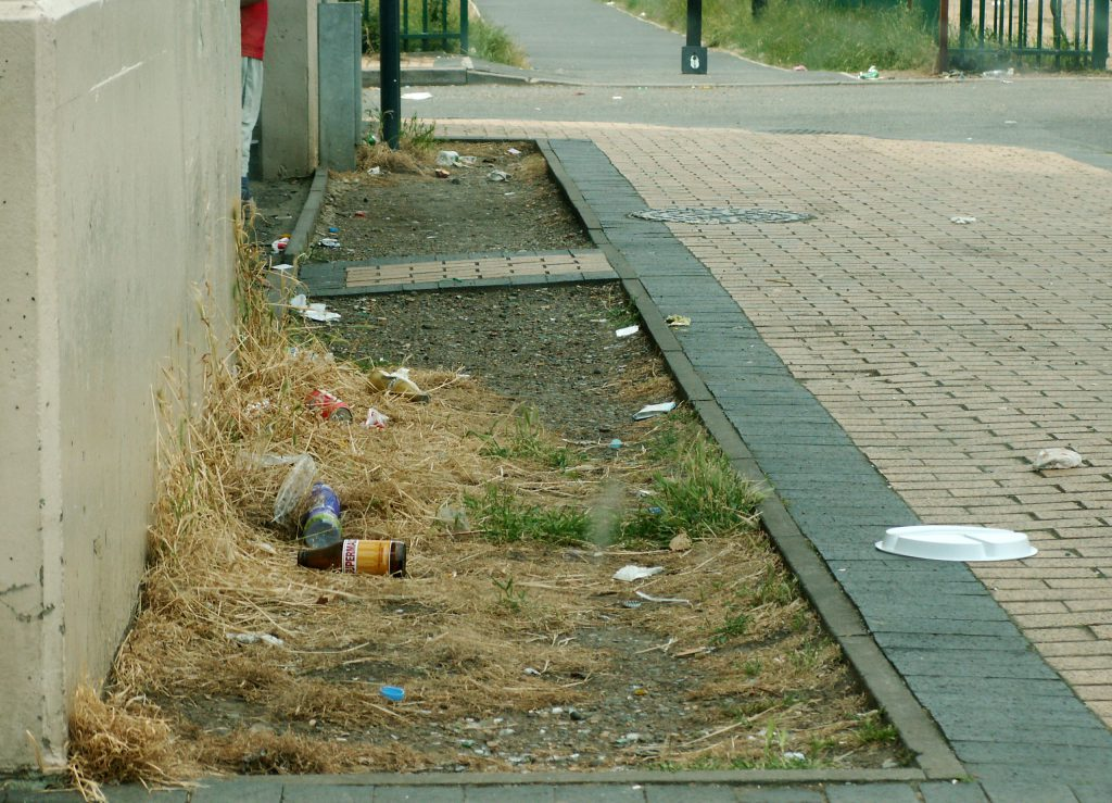Litter on a sidewalk. Photo by Acabashi [CC BY-SA 4.0 (https://creativecommons.org/licenses/by-sa/4.0)]