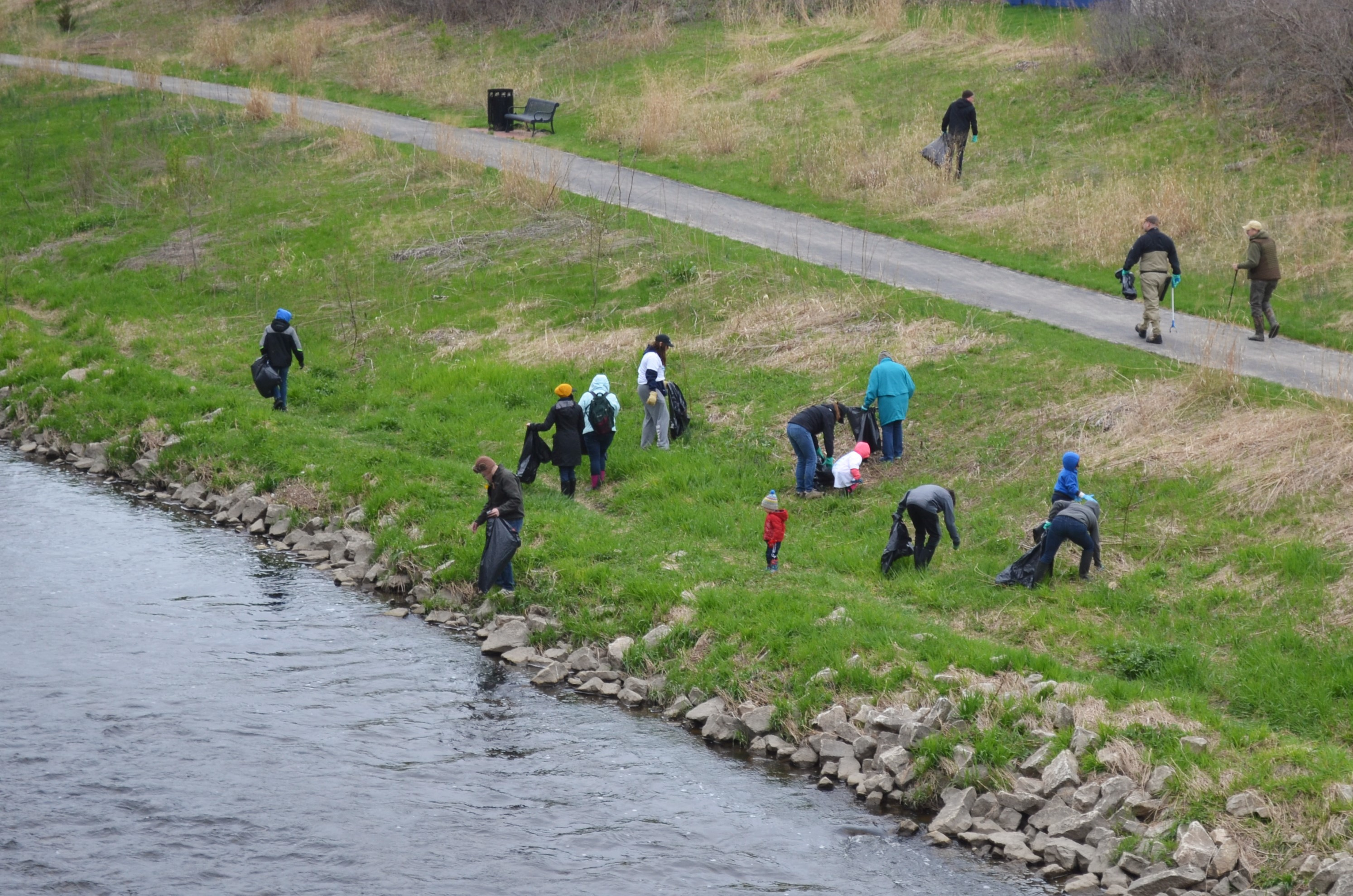 Milwaukee Riverkeeper Spring Cleanup. Photo taken by Jack Fennimore.