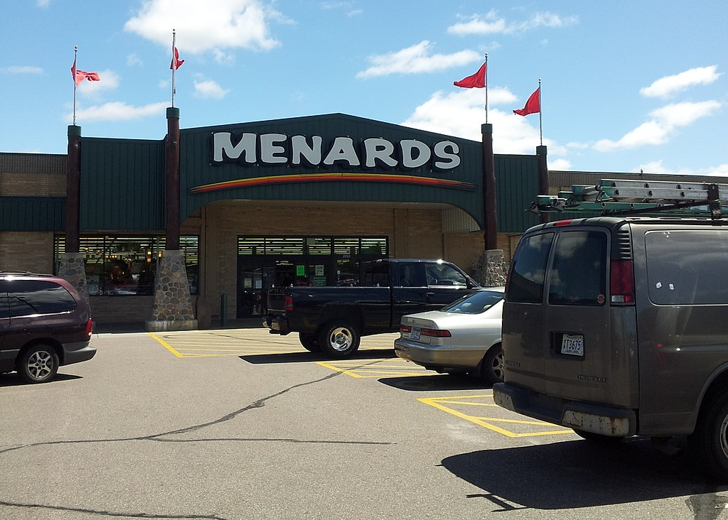Menards. Photo by Gabriel Vanslette [CC BY 3.0 (https://creativecommons.org/licenses/by/3.0)]