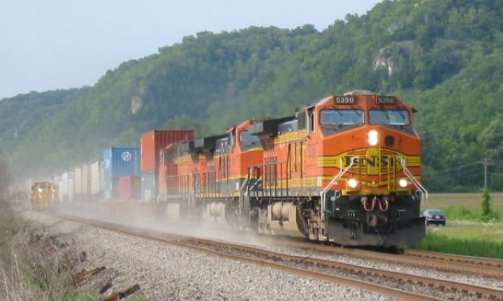 An eastbound BNSF train at Prairie du Chien, Wisconsin. Photo by user Slambo on en.wikipedia (same as Slambo here) [CC BY-SA 2.0 (https://creativecommons.org/licenses/by-sa/2.0)]