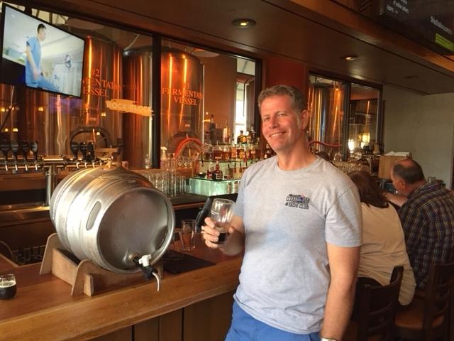 Dave Bass avec une bière de sapin. Image de la brasserie et du restaurant Rock Bottom.