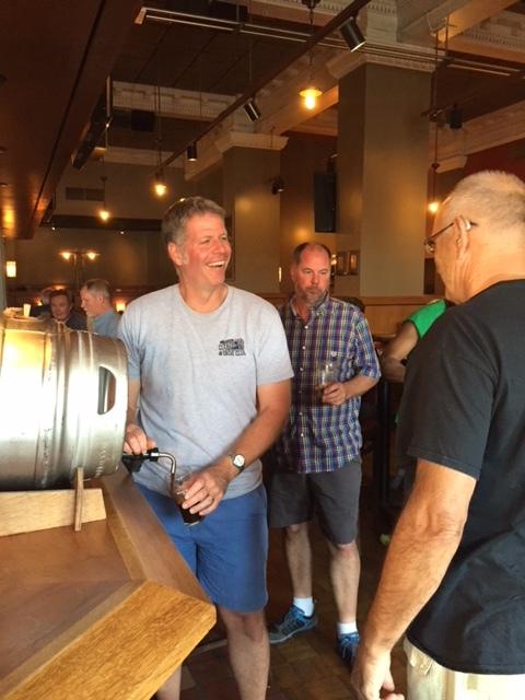 Dave Bass verse une bière du firkin. Image de la brasserie et du restaurant Rock Bottom.