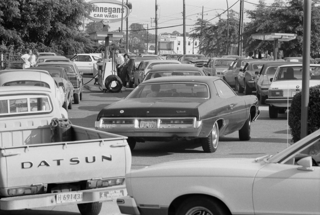Automobiles lining up for fuel at a service station in the U.S. state of Maryland in the United States, in June 1979 during the second oil crisis. Photo is in the Public Domain.