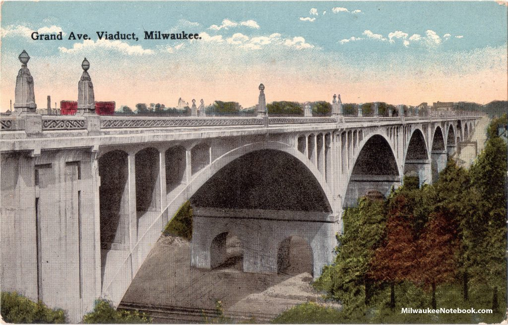 The concrete bridge included a scroll design balustrade and Art Deco streetlights. Two streetlights were located above each pier, with one above the arch's crown. Carl Swanson collection.