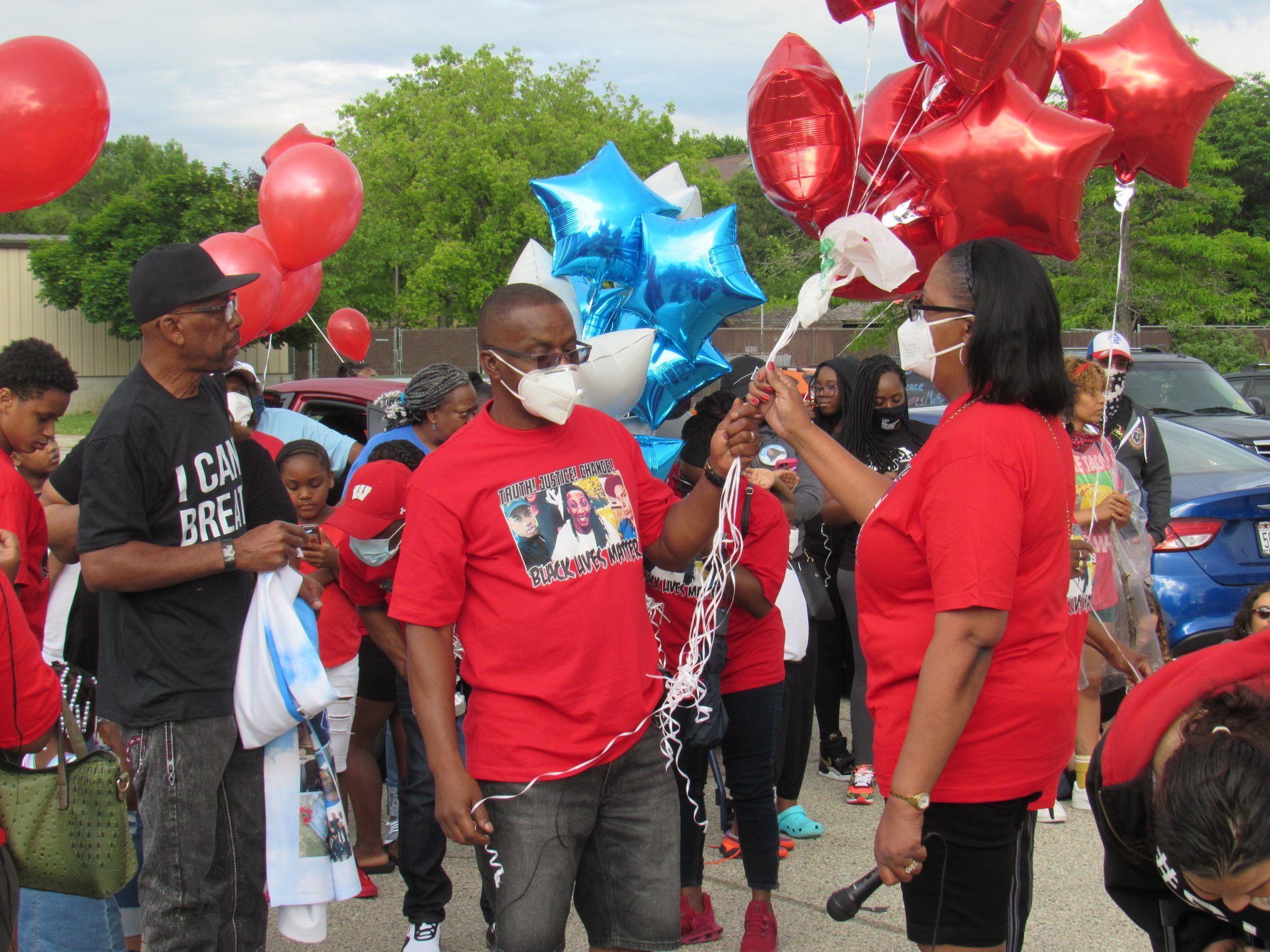 Jay Anderson, St. and his wife Linda gather with their family, holding balloons to honor Jay Jr. Photo by Isiah Holmes/Wisconsin Examiner.