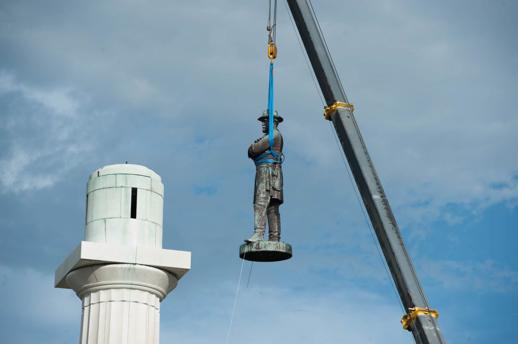 Confederate monument to Robert E. Lee is removed from its perch on May 17, 2017. Photo by Abdazizar / CC BY-SA (https://creativecommons.org/licenses/by-sa/4.0).