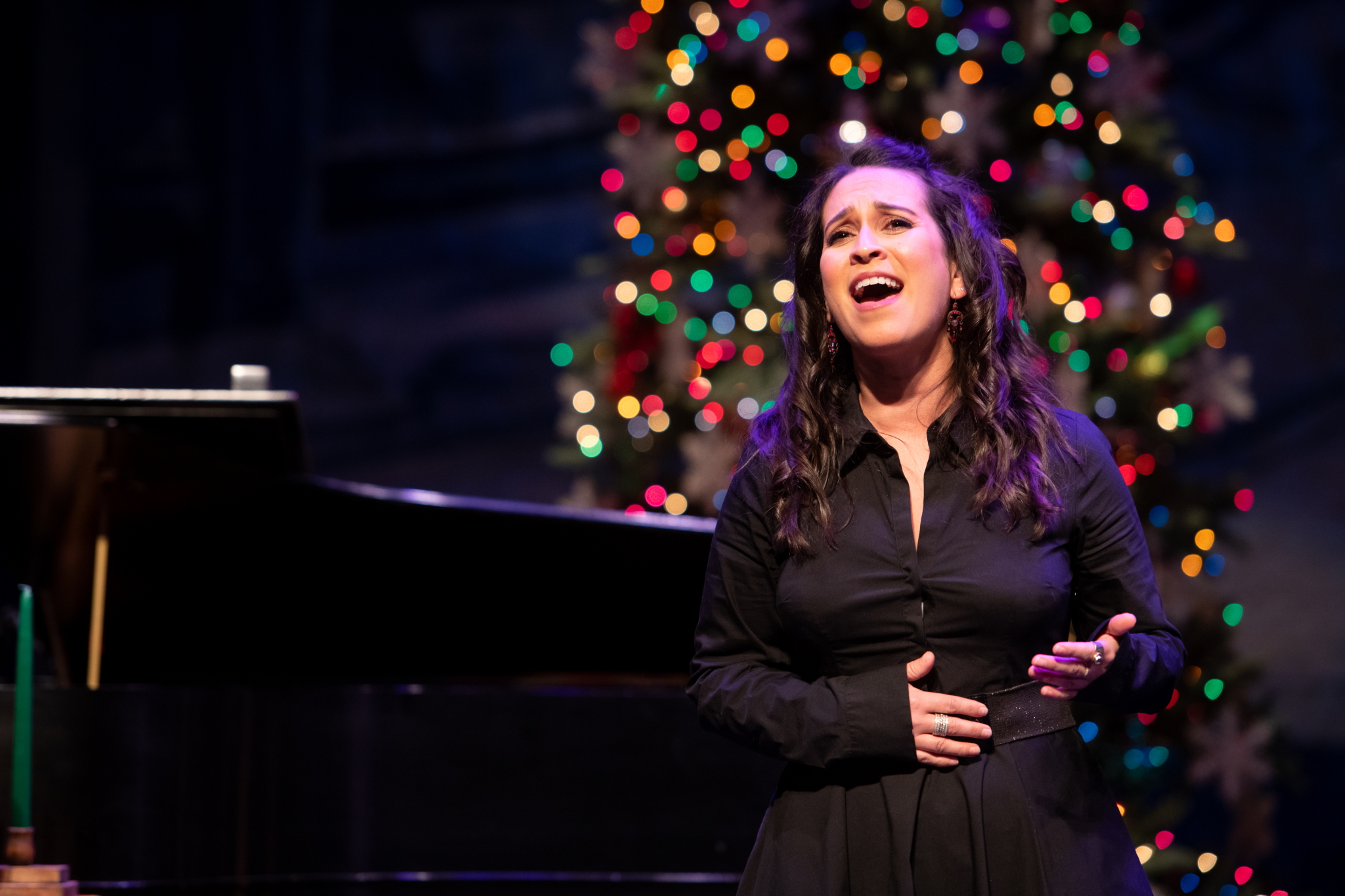 Rána Roman in Skylight Sings: A Holiday Special available for streaming December 11, 2020 – January 10, 2021. Photo by Mark Frohna.