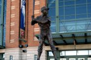 Hank Aaron statue. Photo by flickr user kke227. (CC BY-SA 2.0). https://www.flickr.com/photos/kesta/1817614931 https://creativecommons.org/licenses/by-sa/2.0/